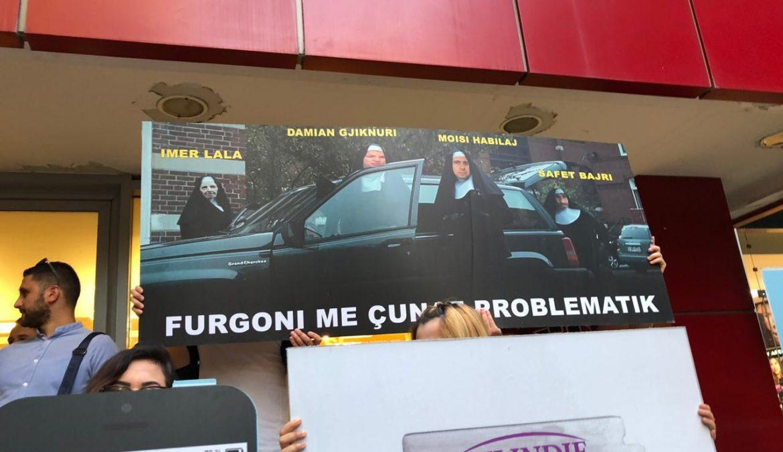 Të rinjtë e LRI ironi therëse në protestën e Opozitës