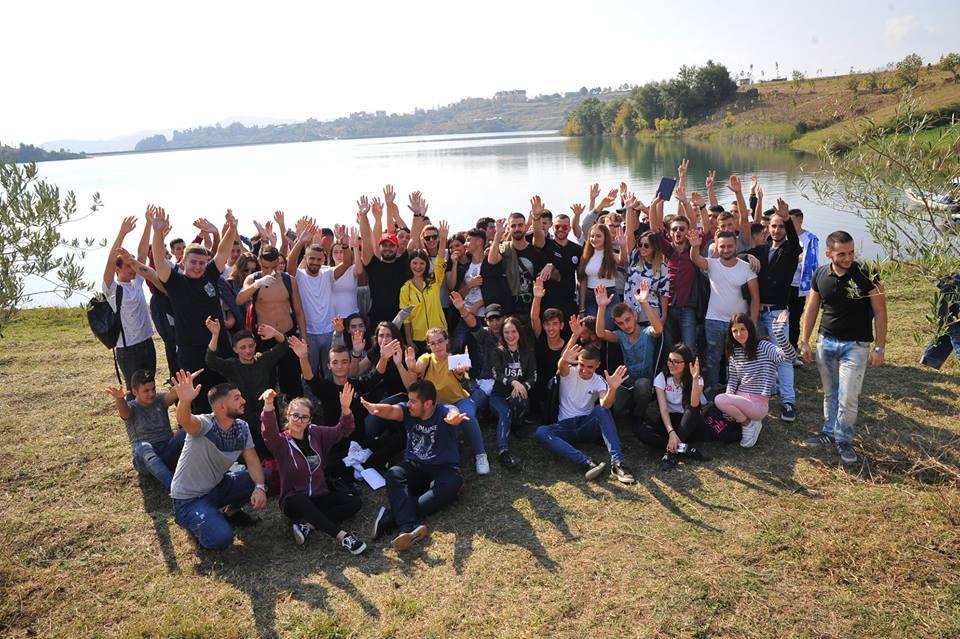 Gjimnazistët e LRI, piknik buzë liqenit të Farkës