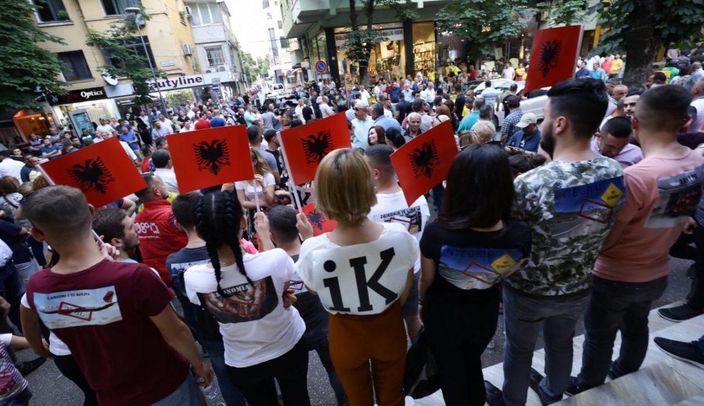 FOTOLAJM/Sot shqiptarët protestojnë! LRI godet me mesazhin për protestën!